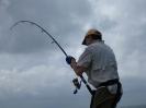 Robban drillar första fisken.